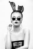 在兔子的图象的美好的女孩模型 免版税库存照片