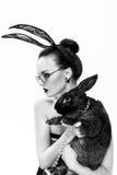 在兔子的图象的美好的女孩模型 免版税图库摄影