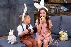 在兔宝宝耳朵的孩子 免版税图库摄影