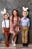 在兔宝宝耳朵的孩子 免版税库存图片