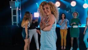 在党夜总会的卷曲女孩跳舞 公司的快活的朋友 蓝色口气的迪斯科,现代青年生活 ? 股票录像