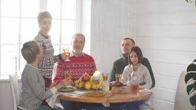在党期间,幸福家庭喝汁液 股票视频