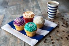在党板材的杯形蛋糕用咖啡 库存图片