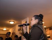 在党的亚洲妇女唱歌卡拉OK演唱 免版税库存照片
