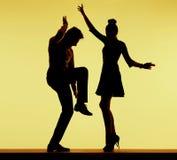在党的年轻人适合的夫妇跳舞 免版税图库摄影