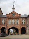 在入口上的一座钟楼对老工厂Tampella 免版税图库摄影