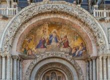 绘在入口上的墙壁对大教堂 库存照片