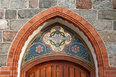 在入口上的马赛克对教会 免版税库存图片