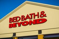 在入口上的Bed Bath & Beyond商标到其中一家商店 免版税库存照片