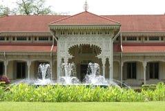 在入口前面的喷泉 免版税库存图片