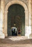 在入口前面的瑞士近卫队在圣伯多禄` s大教堂 免版税库存图片
