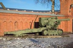 在入口对火炮博物馆,晴朗的1月天的重的203 mm短程高射炮B-4样品1931年 库存照片