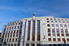 在入口屋顶的雕象向银行捷克国家银行 免版税图库摄影