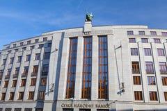 在入口屋顶的雕象向银行捷克国家银行 库存图片
