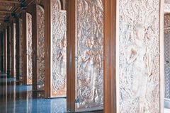 在入口木门的泰国艺术 免版税库存图片
