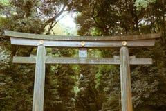 在入口的一个大torii门对明治神宫在东京,日本 库存照片