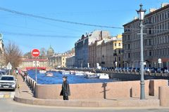 在入口的一个标志对邮局在圣彼德堡, 免版税库存图片