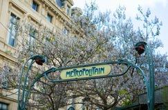 在入口的一个标志对巴黎地铁 库存图片