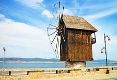 在入口的一台木风车对内塞伯尔老镇  免版税库存图片