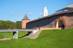 在入口的一晴朗的10月天对Veliky诺夫哥罗德克里姆林宫  俄国 免版税库存照片