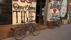 在入口的两辆自行车对大厦,在墙壁上的街道画在塞尔维亚 免版税图库摄影