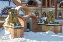 在入口的两头古铜色狮子对所有宗教寺庙  免版税库存图片