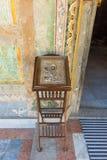 在入口的古老象对主要东正教在保加利亚特罗扬修道院里 库存图片