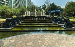 在入口的喷泉对可敬的都市住宅复杂时间海岸在三亚市 免版税库存图片
