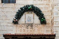 在入口的圣诞节装饰对拿撒勒东正教Metropolite在老城拿撒勒在以色列 库存图片