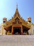 在入口的大狮子监护人雕象对Shwedagon塔 免版税库存图片