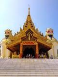 在入口的大狮子监护人雕象对Shwedagon塔 免版税库存照片