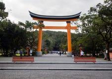 在入口的大红色torii门对日本寺庙 免版税库存图片