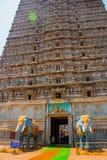 在入口的大象雕象 王侯Gopuram塔 Murudeshwar 卡纳塔克邦,印度 免版税库存图片