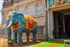在入口的大象雕象 王侯Gopuram塔 Murudeshwar 卡纳塔克邦,印度 图库摄影