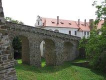 在入口的护城河对历史的城堡 免版税库存照片