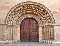 在入口的木门对巴伦西亚大教堂。 库存图片