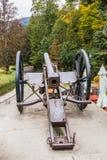 在入口的枪对在Pelesh城堡附近的酒吧豪华锡纳亚,位于罗马尼亚 库存图片
