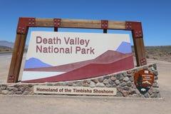 在入口的标志向死亡谷国家公园 库存图片