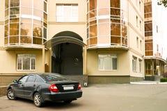 在入口的汽车 免版税库存图片