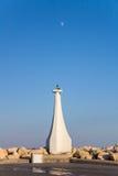 在入口的灯塔对蓝天背景的小游艇船坞与月亮的 库存图片