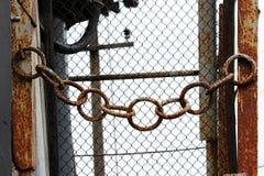 在入口的生锈的金属链子对电子分站 免版税图库摄影