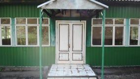 在入口的白色门对老大厦 影视素材