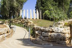 在入口的石雕塑对在以色列犹太大屠杀纪念馆浩劫博物馆的儿童` s纪念品在耶路撒冷以色列 免版税库存照片