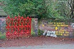 在入口的红色门对草莓调遣 免版税库存图片