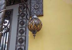 在入口的美丽的灯笼 免版税库存图片
