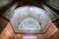 在入口的被绘的曲拱对14个世纪Soltaniyeh陵墓圆顶在Zanjan市,伊朗附近的 免版税库存照片