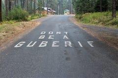 在入口的路面标号对Winchester湖国家公园在爱达荷警告露营车'不是Guberif'纵火犯 库存照片