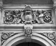 在入口的雕刻在哈利法克斯城镇厅上的门f 免版税图库摄影