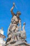 在入口的雕象对布拉格城堡 免版税库存照片