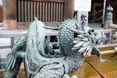 在入口的龙喷泉对清水寺寺庙 免版税库存图片